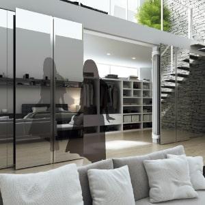 ウォークインクローゼットの大きな扉が全身鏡に。扉の軌跡がコンパクトで開けやすく、並行に動くため鏡としても使いやすい。